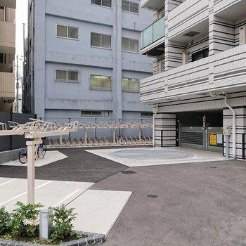 建物横に大きな駐輪場があります。