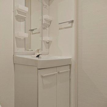 洗面台には棚やタオルハンガーがあるので、不便を感じることはないですよ。※写真は前回募集時のものです