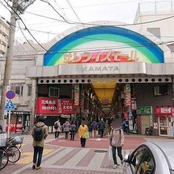 駅までの道のりには商店街。さまざまな品々が並んでいましたよ。