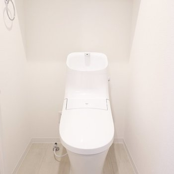 なんてスタイリッシュ…!ウォシュレット付きのトイレです。