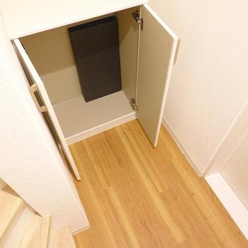 左奥の靴箱に収納。棚の高さは自由に調整できます。