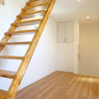 階段側にもスペースあり。ダイニングテーブルが置けそうかな。