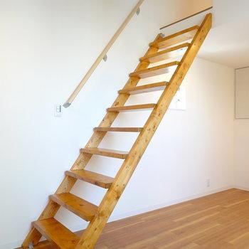 なんとロフトへと上がる階段!素敵な色味…!