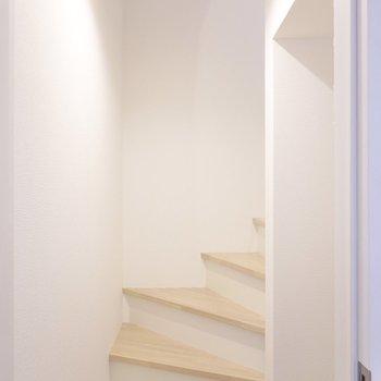 ドアを開けると正面に階段。