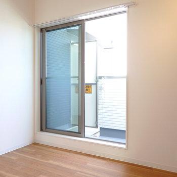 窓からは優しい光がフワッと入ってきて室内を良い気候に保ってくれそう。