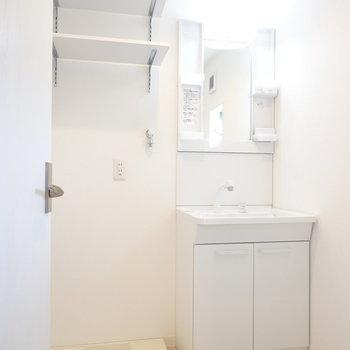 棚付きの使いやすい洗面台に隣には洗濯機置き場。洗剤などが置ける棚が付いているのが嬉しい。