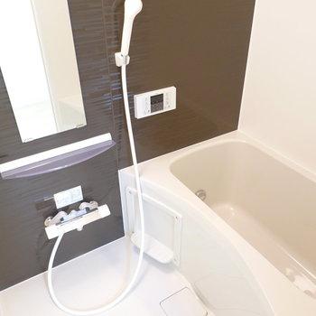 ブラウンカラーがゆったりくつろげそうな追い焚き付きのお風呂。