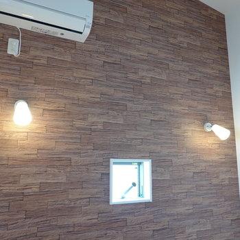 レンガ調の壁にはオシャレで温かみのある照明も。