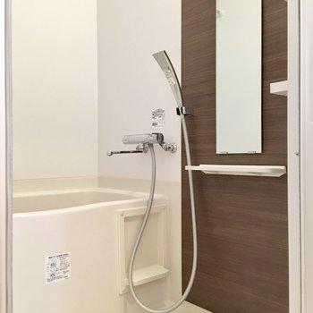 落ち着いたデザインの浴室。ゆっくりリラックスしましょう。