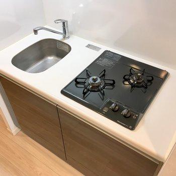 システムキッチンなのでお手入れが楽です。調理スペースはトレーなどで拡張しましょう。