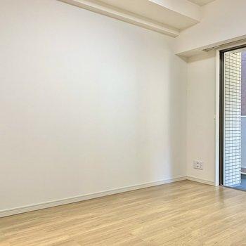 こちら側の壁にはテレビが置けますね