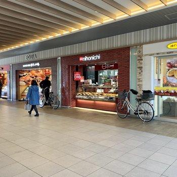 駅前にはバラエティ豊かなお惣菜やさんや飲食店があります
