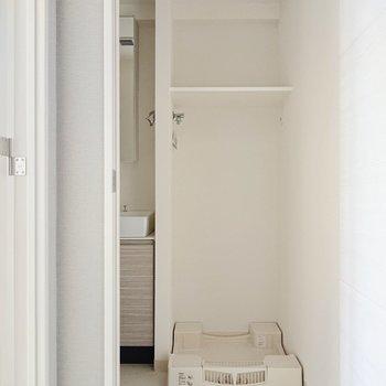洗濯機置き場の上に棚があるので、洗剤など置けるのがGOOD