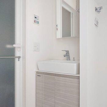 洗面台は美しく輝くガラス製で、クールな佇まいになっています。