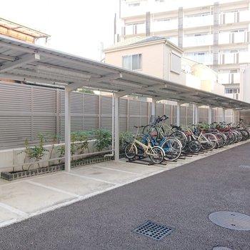駐輪場やバイク置き場が裏にあります。