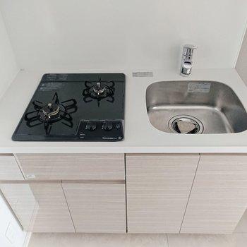 2口ガスコンロが嬉しいキッチン。シンク用ラックなどでスペースを広げると作業もしやすいです。