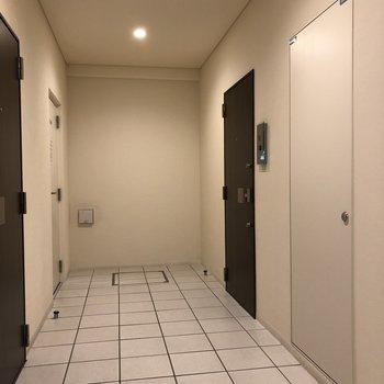 写真右奥のドアが今回紹介したお部屋です。