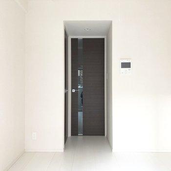 扉に使われたブラウンで空間が締まります。