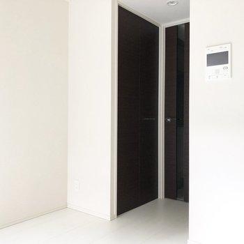 収納はお部屋入ってすぐ右側にあります。