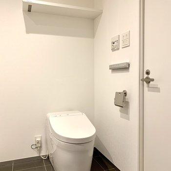 トイレの棚に予備のトイレットペーパーが置けますね