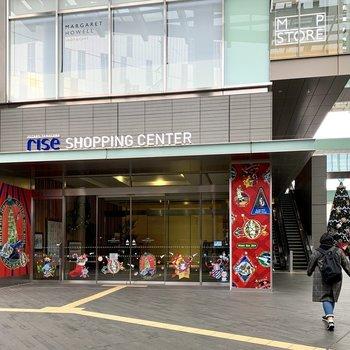 駅前には大きなショッピングモールがありますよ