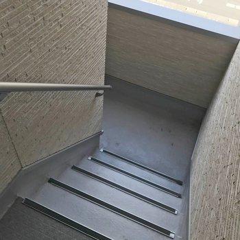 この階段をのぼって2階まで。