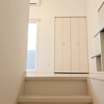 階段をのぼって洋室へ。窓とクローゼットは隣同士。