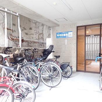 自転車置き場とメールボックスです。