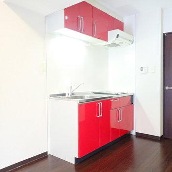 真っ赤なキッチンがかわいい!