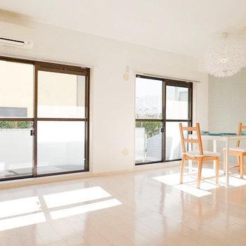お部屋は17帖。テーブル以外にも、テレビやソファを余白を持たせて配置できる。