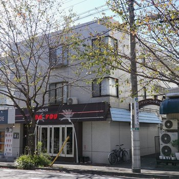 1階にオムライス屋さんとスイーツショップが入る建物です。