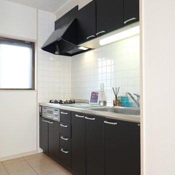 黒くてカッコイイ!綺麗にしておきたくなるキッチンだなぁ。
