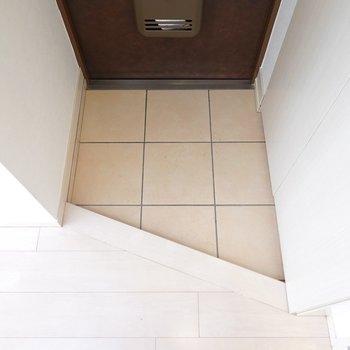 玄関はコンパクトサイズですが、脱ぎ履きには困らない程度。