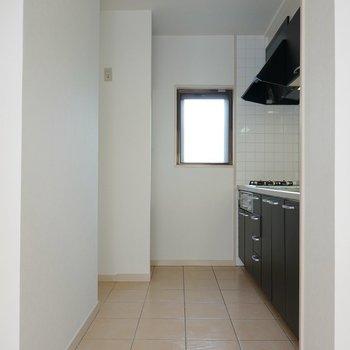 冷蔵庫はキッチン左手の窪んだスペースに置けます。
