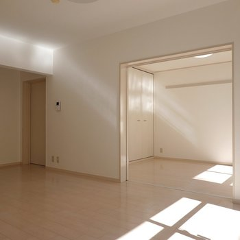 洋室をオープンにすると開放感抜群。左のドアからもうひとつの洋室へ行けます。