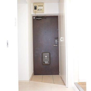 キッチン側から入ると玄関が正面に来ます。右手が脱衣所です。