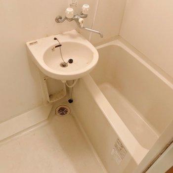 お風呂は2点ユニット。換気はしっかりしましょう。(※写真は清掃前のものです)