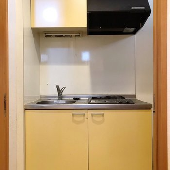 イエローのキッチン。コンロの横に冷蔵庫置場があります。(※写真は清掃前のものです)