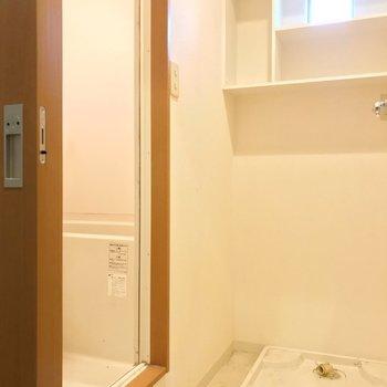 向かいに脱衣所。洗濯機上の棚がありがたい〜(※写真は清掃前のものです)