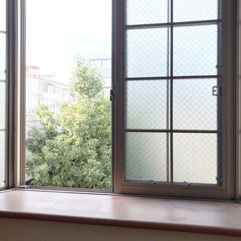 出窓から見える緑が癒やし。何を飾ろうかな〜?(※写真は清掃前のものです)