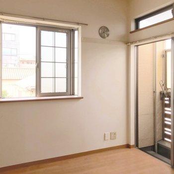この窓の多さは角部屋の特権です。(※写真は清掃前のものです)
