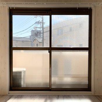 大きな窓で陽の光たっぷり(※写真は清掃前のお部屋のものです。)
