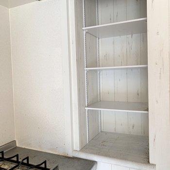 調味料なんかを置ける収納(※写真は清掃前のお部屋のものです。)