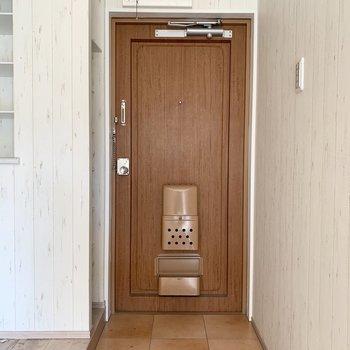 重厚感のある扉(※写真は清掃前のお部屋のものです。)