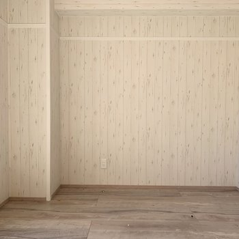 薄い白木目(※写真は清掃前のお部屋のものです。)