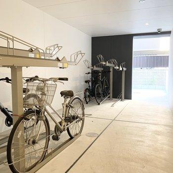 1階に自転車置き場。奥にバイク置場もあります。