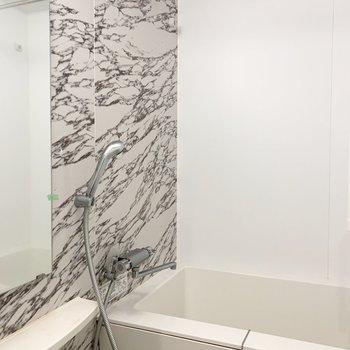 石調で優雅な気分の浴室。乾燥機付きで洗濯物も乾かせます。(※写真は補修・クリーニング前)