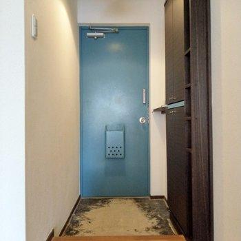 玄関扉のくすみブルーが好きです。カワイイ…!