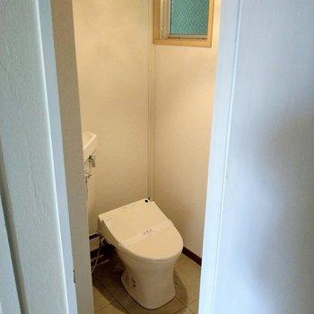 トイレはウォシュレット付き。和の雰囲気のおしゃれな照明もサービス設置。