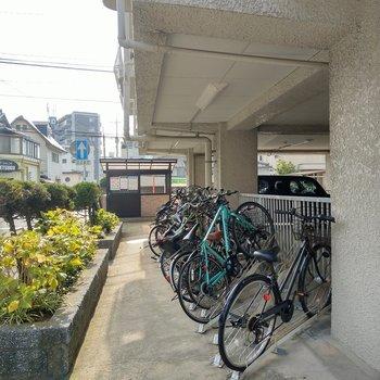 駐輪場もしっかり!ゴミ置き場も敷地内に。